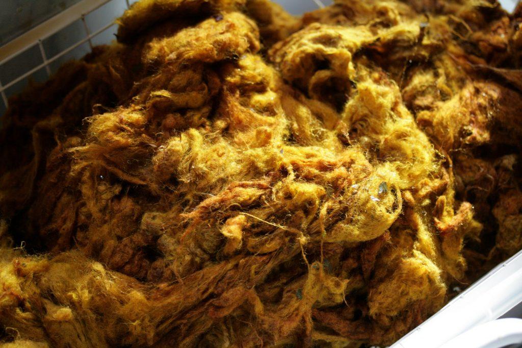 Rohwolle, mit Zwiebelschalen gefärbt.