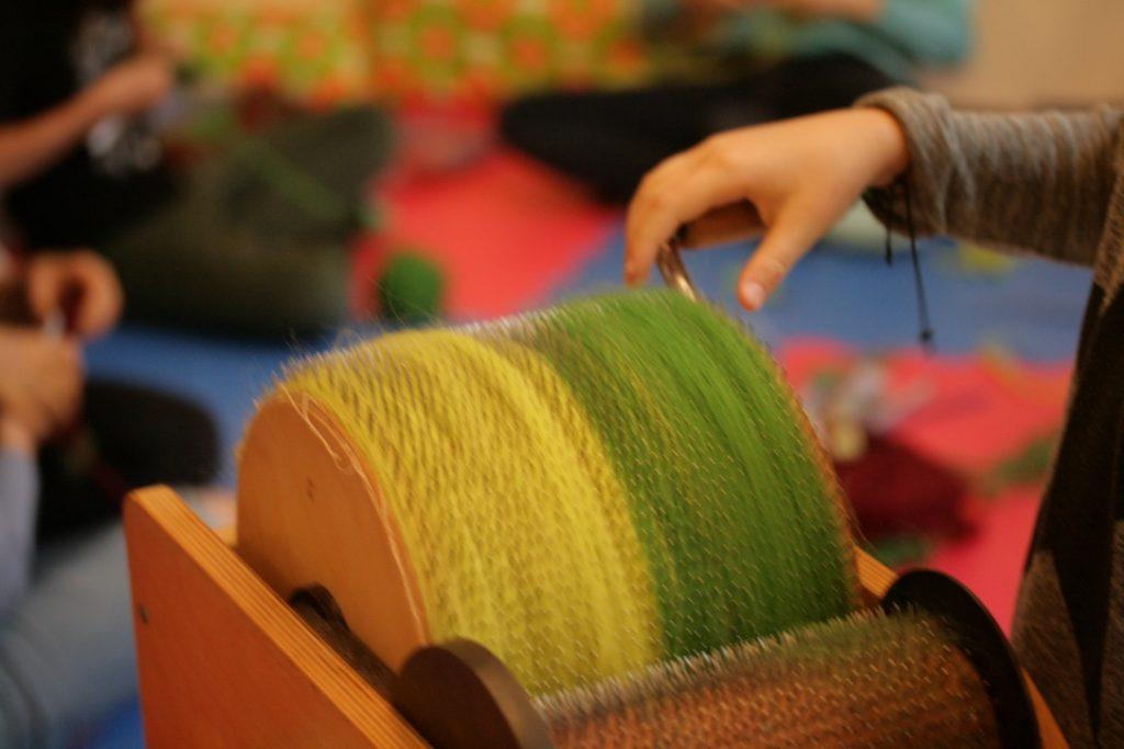 Mit der Kardiermaschine kann man ein Vlies aus verschieden Farben herstellen.