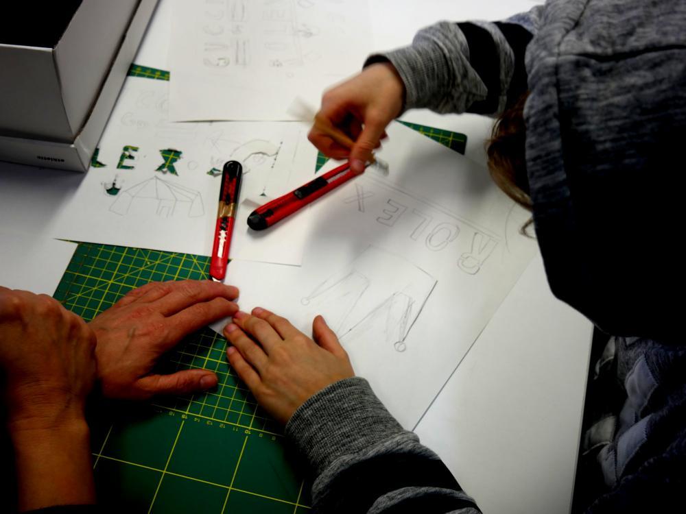 Auf dem Foto ist Siebdruck zu sehen, zeichnen der Schablone auf Papier